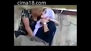 لبوة محجبة تصور بزازها و طيزها الجامدين و تقبل حبيبها ويقفشها ...