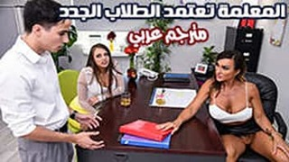 المعلمة تعلم الطالب كيف يجعل المرأة تحمل العربية xxx أنبوب